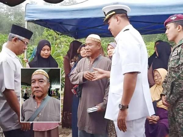 Ibrahim (tengah) menerima ucapan takziah daripada pegawai Agensi Penguatkuasaan Maritim Malaysia (APMM) negeri Pahang. Gambar kecil: IBRAHIM