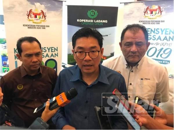 Tze Tzin (tengah) ketika ditemui pemberita selepas merasmikan Konvensyen Kebangsaan Kumpulan Pengguna Air (KPA) 2019 hari ini.