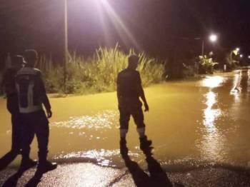Banjir kilat yang melanda dua buah kampung di Bentong malam tadi. FOTO: Ihsan APM