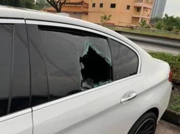 Cermin kereta mangsa yang didakwa telah dipecahkan suspek di laluan kecemasan Lebuhraya Linkedua menuju Singapura di sini kelmarin.
