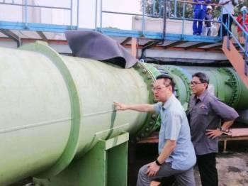 Jimmy (kiri) ketika meninjau LRA Sultan Iskandar hari ini.