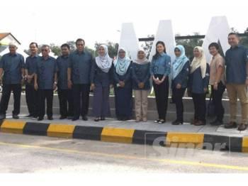 Tengku Permaisuri Norashikin (lima dari kanan) bergambar bersama Rahilah (enam dari kanan), Exco Selangor, Ahli Dewan Undangan Negeri (ADUN) serta tetamu yang hadir pada Karnival Kuala Selangor Tahun 2019 di Dataran Malawati Kuala Selangor di sini hari ini.