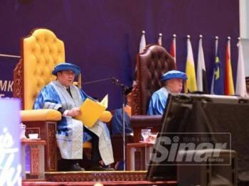 Canselor UMK Tengku Dr Muhammad Fa-iz Petra Ibni Almarhum Sultan Ismail Petra yang menyempurnakan majlis penganugerah ijazah tersebut.