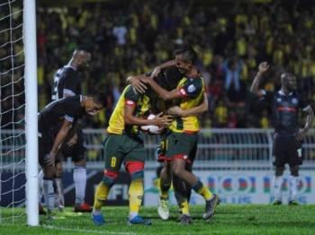 Zaquan Adha (kiri) muncul penyelamat Kedah apabila menjaringkan gol pada lewat permainan untuk mengikat Pahang 3-3. Foto MOHAMAD ASYRAAF