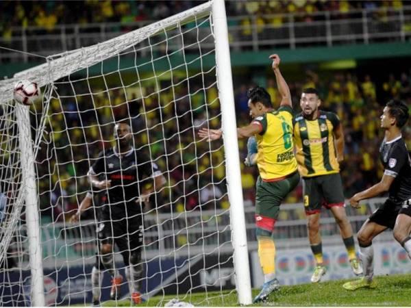 Pemain Kedah, Mohamad Zakuan Adha Abd Razak menjaringkan gol ke-3 pasukannya menjadikan gol penyamaan 3-3 pada Perlawanan Piala Malaysia separuh akhir 1, Kedah bertemu Pahang di Stadium Darul Aman malam tadi. - Foto Bernama
