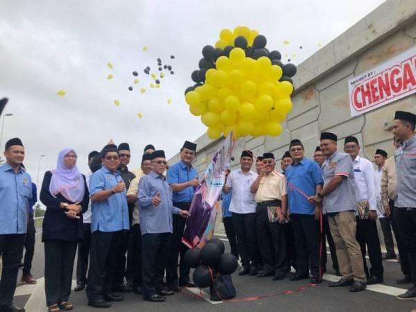 Baru (tengah) melepaskan belon sebagai simbolik perasmian pembukaan Pakej 2: Kadoh-Ketereh Lebuh Raya Kota Bharu-Kuala Krai di sini hari ini.