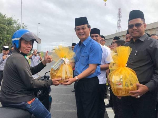 Baru menyampaikan hamper kepada pengguna lebuh raya Pakej 2: Kadoh-Ketereh Lebuh Raya Kota Bharu-Kuala Krai di sini hari ini.