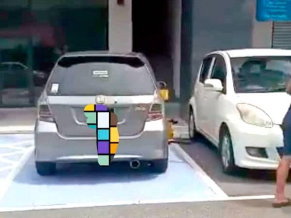 Kereta jenis Honda yang tayarnya dikunci kerana diletakkan di parkir OKU.