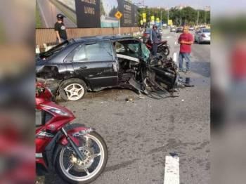 Keadaan kereta mangsa selepas terbabas dan melanggar tiang lampu dalam kejadian itu. - Foto: Ihsan IPD Petaling Jaya