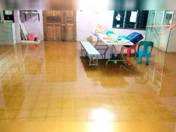 Keadaan rumah penduduk yang dilanda banjir kilat malam tadi.