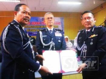 Ismail (kiri) menyerahkan tugas sebagai Ketua Polis Daerah Pasir Mas baharu kepada Mohamad Roy Suhaimi (kanan) sambil disaksikan Hasanuddin.