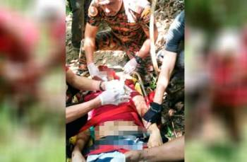 Anggota bomba memberi pertolongan cemas kepada mangsa yang terjatuh dari ketinggian 20 meter dari Puncak 7, Bukit Tabur West, Ampang semalam.