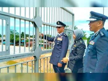 Hasanuddin (kiri) meninjau kerja-kerja pembinaan benteng yang giat dilakukan oleh kerajaan Thailand melalui Jambatan Muhibbah Malaysia-Thailand.