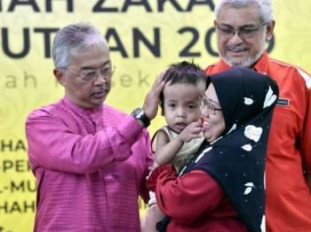 Al-Sultan Abdullah berkenan mengurniakan sumbangan zakat dan bantuan keperluan harian kepada 500 golongan asnaf sempena Program Kembara Rahmah Zakat Wilayah Persekutuan 2019 hari ini. - Foto Bernama