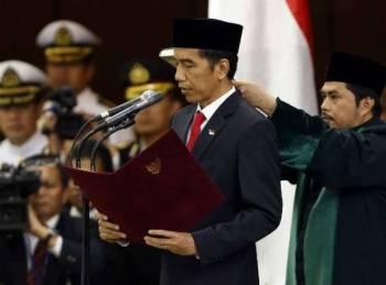 Presiden Joko Widodo (Jokowi) hari ini mengangkat sumpah sebagai Presiden Indonesia bagi penggal kedua pada majlis pelantikannya di bangunan Parlimen Indonesia yang turut dihadiri pemimpin luar termasuk Perdana Menteri Malaysia, Tun Dr Mahathir Mohamad.