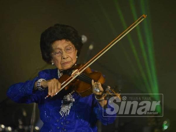 Isteri Perdana Menteri, Tun Dr Siti Hasmah Mohamad Ali menggesek biola ketika membuat persembahan khas diiringi Penyanyi Tanah Air, Datuk Siti Nurhaliza pada Makan Malam Amal Kempen Tabung Pahlawan di Wisma Perwira Angkatan Tentera Malaysia malam ini.