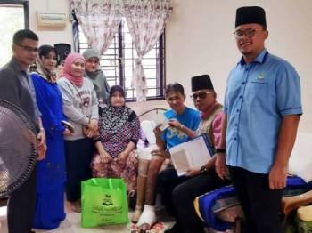 Mohd Salihin (tengah) ketika ditemui petugas Jejak Asnaf MAINJ di kediamannya.