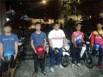 Lima lelaki ditahan selepas melakukan aksi berbahaya di Dataran Merdeka, Kuala Lumpur awal pagi tadi.