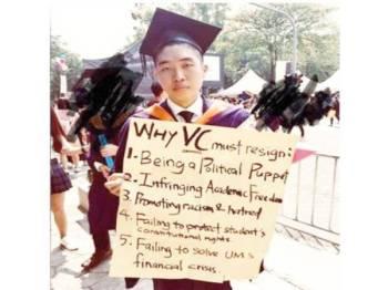 Yan Ke mencetuskan kontroversi apabila bertindak membawa plakad di pentas majlis konvokesyen bagi menuntut peletakan jawatan Naib Canselor UM.