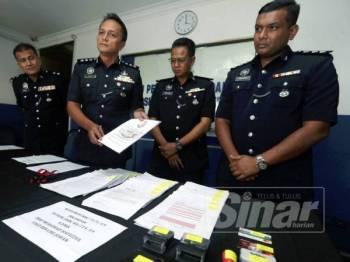 Dzulkhairi (dua dari kiri) menunjukkan dokumen palsu dengan kepala surat Istana Johor pada sidang media di Ibu Pejabat Polis Daerah Iskandar Puteri di sini hari ini.