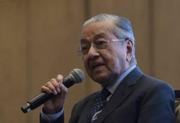 Dr Mahathir ketika sesi soal jawab pada Persidangan ISIS Praxis, 'Malaysia Beyond 2020' hari ini. -Foto Bernama