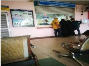 Waris keluarga mangsa dilihat sedang berurusan dikaunter Jabatan Forensik di Hospital Melaka di sini hari ini.