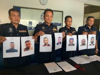 Sidang akhbar di Ibu Pejabat Polis Daerah (IPD) Iskandar Puteri di sini.     Dzulkhairi (dua dari kiri) menunjukkan gambar individu yang dikehendaki bagi membantu siasatan kes bunuh pada sidang akhbar di IPD Iskandar Puteri semalam.