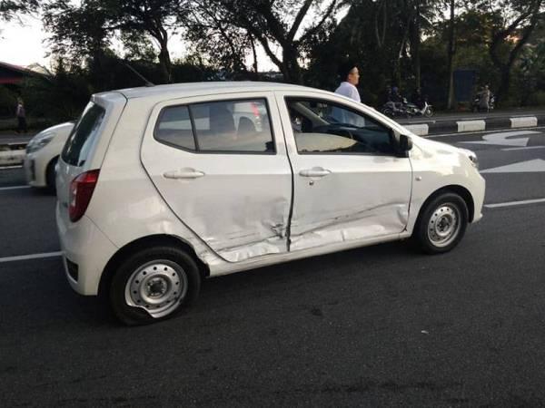 Akibat kemalangan, kereta Perodua Axia kemek di bahagian sisi kanan.