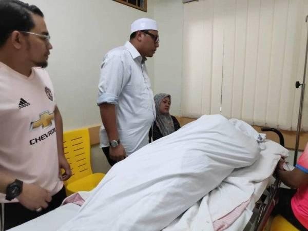 Ahli Dewan Undangan Negeri (ADUN) Galas, Mohd Syahbuddin Hashim (kanan) dan Ketua Pemuda UMNO Gua Musang, Mohd Azmawi Fikri Abdul Ghani menziarahi jenazah di hospital.