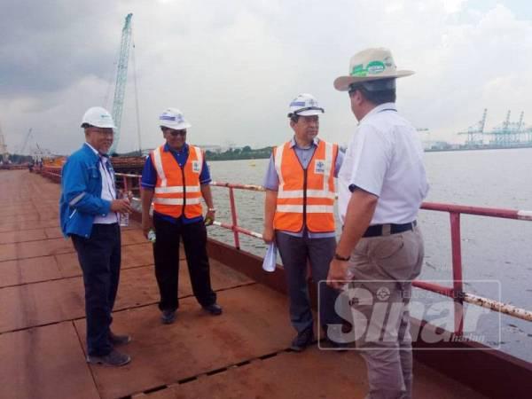 Mohd Solihan ( dua dari kanan) meninjau tapak projek jambatan merentasi Sungai Pulai di sini.