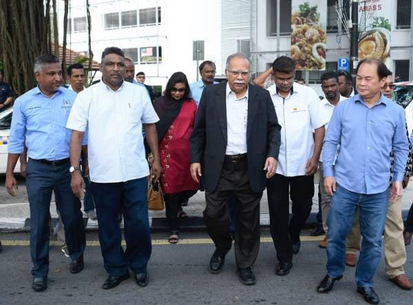 Timbalan Ketua Menteri II Pulau Pinang, P. Ramasamy (empat kiri) hadir di Ibu Pejabat Bukit Aman semalam. -Foto Bernama