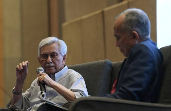 Tun Daim Zainuddin bercakap pada Sesi Perbincangan bersama moderator program Datuk Seri Azman Ujang pada Persidangan ISIS PRAXIS 2019 hari ini. -Foto Bernama