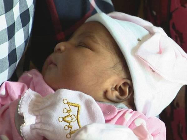 Bayi comel yang selamat dilahorkan semasa Tornodo melanda. - FOTO:AGENSI