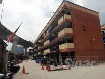 Penduduk risau dengan keadaan mendap pada jalan dan keretakan beberapa rumah di Flat Perbadanan Kemajuan Negeri Selangor(PKNS) Jalan Tun Razak.