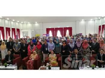 Narimah (tengah) bergambar bersama peserta selepas Majlis Perasmian Seminar Kaunseling Perkahwinan dan Seksualiti sempena Bulan Kaunseling (MASEC) 2019 di Pusat Keluarga LPPKN Seremban hari ini.