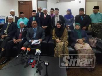 Muhammad Sanusi (tengah) dan Suraya (dua dari kanan) pada sidang media selepas Sidang DUN Kedah Ke-14 di Wisma Darul Aman di sini hari ini.