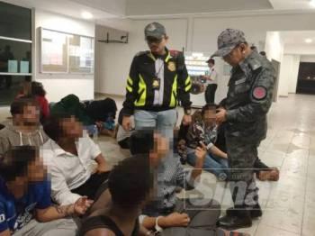 Antara warga asing yang diperiksa oleh Imigresen Selangor.