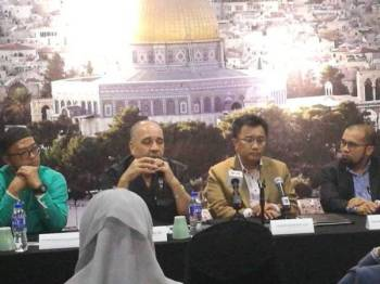 Dari kiri: Noorazman, Walid, Lukman dan Wan Rohimi Wan Daud (peguam MyAqsa).