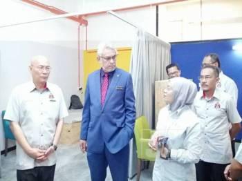 Khalid (dua dari kanan) meninjau kemudahan perumahan bandar disediakan DBKL di Jalan Tuanku Abdul Rahman di sini hari ini.