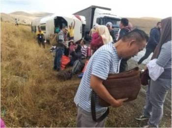 Dalam kemalangan pada 16 Oktober lepas, seorang warga kerja PKNS maut manakala 10 lagi cedera apabila bas pelancong dinaiki mereka di Turki hilang kawalan sebelum terbalik ketika dalam perjalanan dari Pamukkale ke Cappadocia. - Foto Bernama
