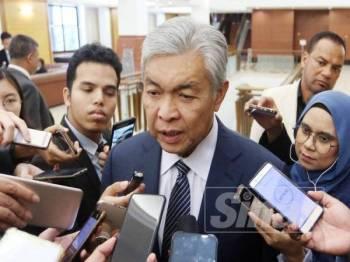 Ahmad Zahid ketika ditemui media di lobi Parlimen hari ini. - Foto ROSLI TALIB