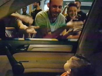 Peserta protes antikerajaan di Lubnan menyanyikan lagu Baby Shark ketika seorang budak lelaki dan ibunya terperangkap dalam kesesakan trafik di selatan Beirut. -Foto Agensi
