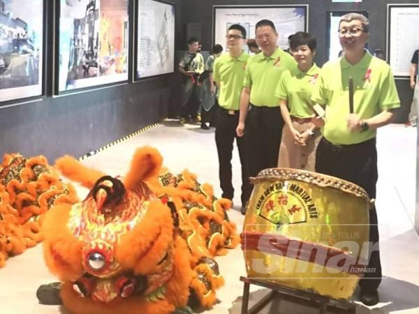 Hock San (kanan) memukul gong sebagai simbolik pelancaran Pangsapuri Melodi Perdana hari ini.