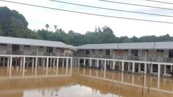 Sekolah Kebangsaan (SK) Kampung Nyalau ditutup kerana dinaiki air pagi ini. Foto: Jabatan Pendidikan Sarawak