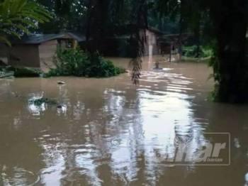 Keadaan banjir yang melanda sebuah kampung di Kuala Selangor akibat hujan lebat semalam.