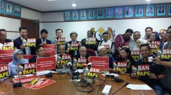 Dr Rampal (duduk, empat dari kiri) bersama gabungan persatuan dan NGO memegang plakad BAN VAPE di sini hari ini.