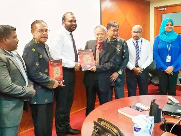 Muhammad Nasir (empat dari kanan) menyerahkan al-Quran kepada Menteri Pelancongan Maldives, Ali Waheed ketika membuat kunjungan ke negara itu baru-baru ini.