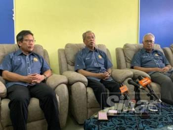 Muhyidin (tengah) selepas Majlis Ramah Mesra bersama semua agensi KDN di Ibu Pejabat Polis Daerah (IPD) Pontian petang tadi.