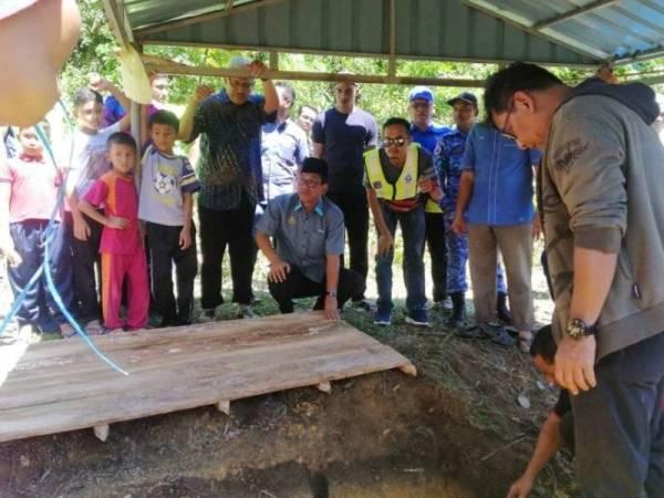 Ahmad Faizal turut sama membantu urusan pengebumian Allahyarham Hanudin, hari ini.
