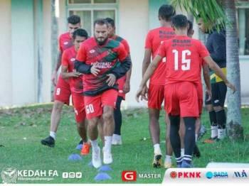 Pemain-pemain Lang Merah giat menjalani latihan menjelang aksi menentang Pahang di Stadium Darulmakmur, malam ini. - Foto: Kedah FA